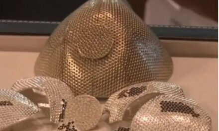 Izraeli prodhon maskën 1.5 milion dollarë me ar e diamante: Kush e ka porositur nga SHBA