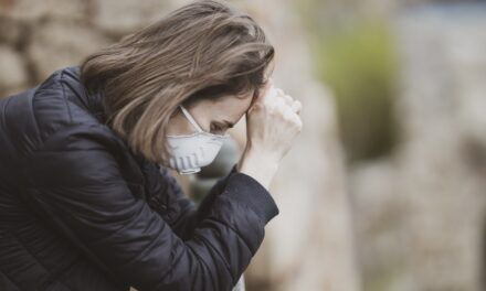 Ndikimi i COVID-19 në shëndetin mendor, studimet: Të prekurit ndjejnë ankth, mendojnë edhe vetëvrasjen