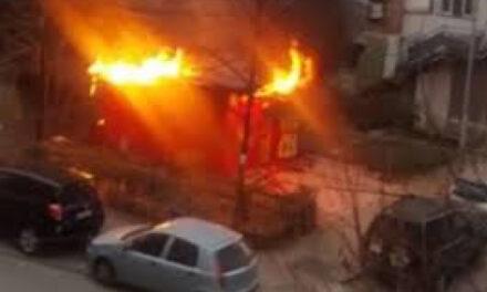 """Tiranë/ Përfshihet nga flakët shtepia në """"Unazën e Re"""""""