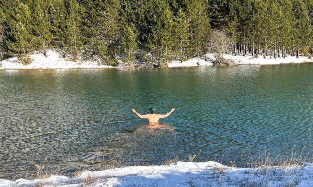 Drejtuesi i JOQ Albania sfidon temperaturat e ulëta në liqenin malor
