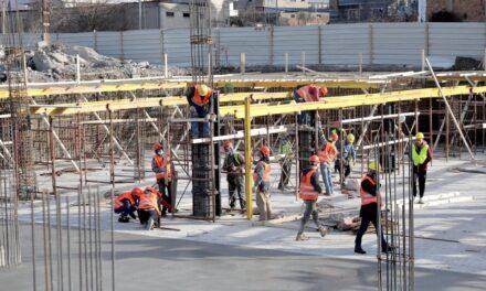 """Incidenti/ Rindërtimi te """"5 Maji"""" në Tiranë, banorët ndalin ekskavatorët"""