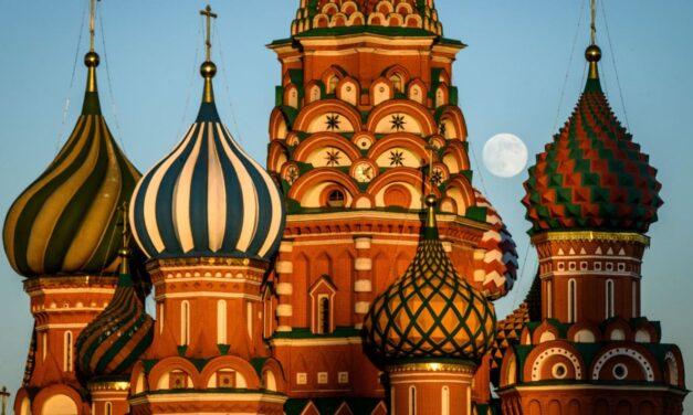 Misteri i monumentit shumëngjyrësh në Moskë