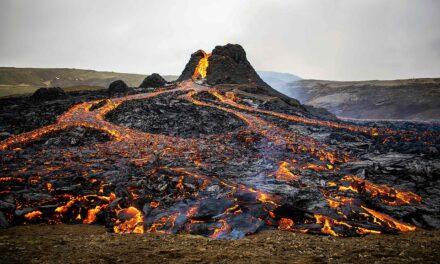 """Pranë """"ferrit"""", qindra islandezë pranë kraterit të vullkanit për eksperiencën e jashtëzakonshme"""