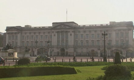 Pallati Mbretëror thyen heshtjen: Mbretëresha Elizabet e pikëlluar për Harry dhe Meghan