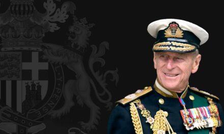 Ndërron jetë Princi Filip. Kush ishte bashkëshorti i Mbretëreshës Elisabeth