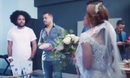 Reperi paraqitet në dasmën e tij me xhinse të shkurtra, çorape dhe sandale