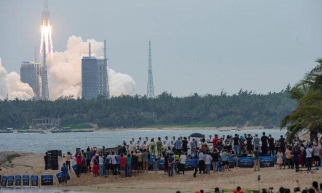 Raketa kineze që ka dalë jashtë kontrollit, bie në tokë në fundjavë, komanda amerikane në ndjekje të saj