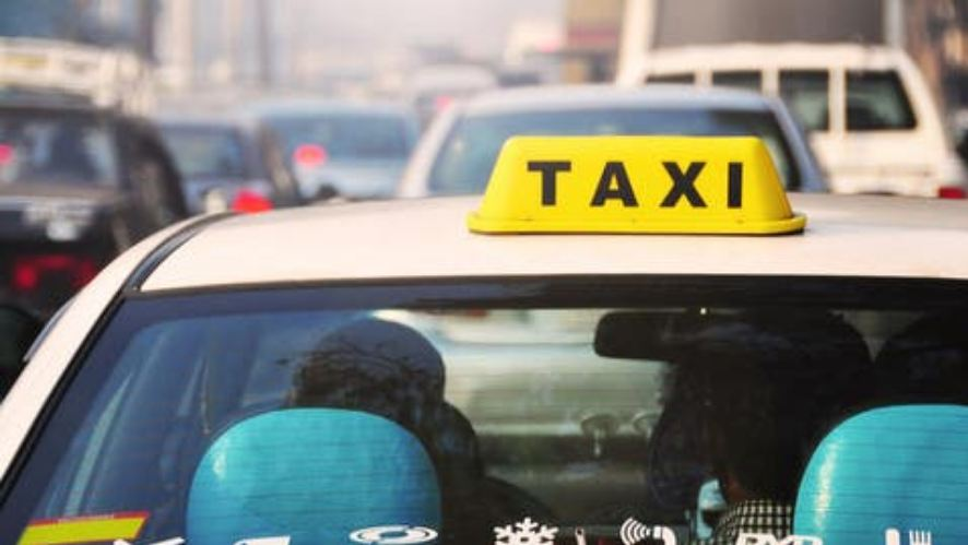 U grind me taksistin për trafikun, ai e zbret nga makina. Klienti kallëzon kompaninë për humbje kohe