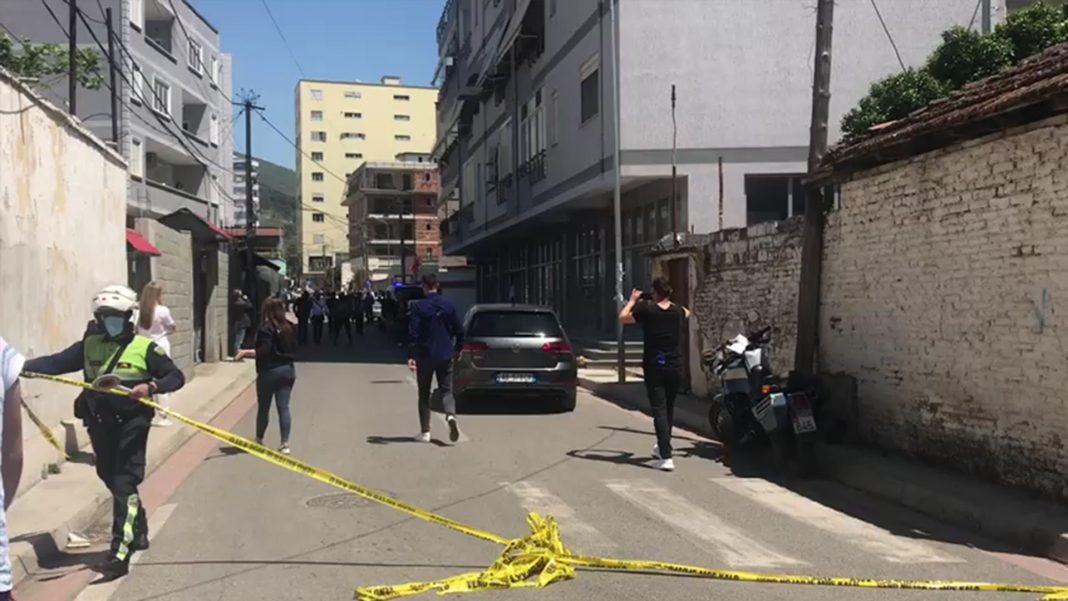 Elbasan, burri qëllon me armë gruan, ndërron jetë në spital