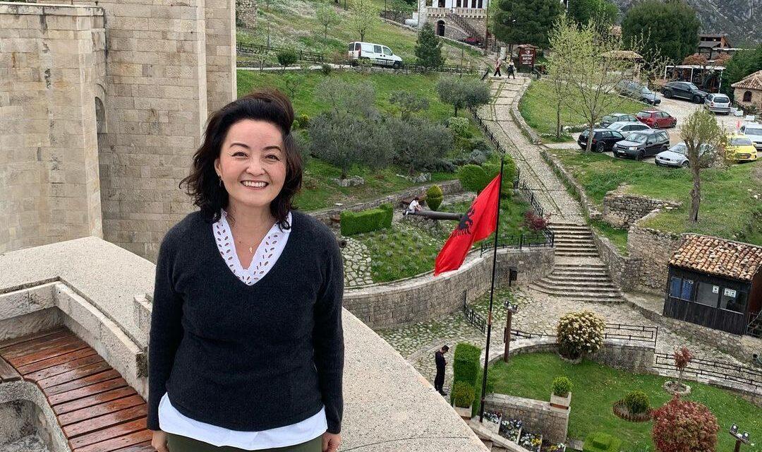 Yuri Kim viziton Krujën dhe poston poezinë amerikane për Skënderbeun