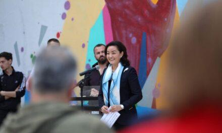 """Ambasadorja Kim fton për takim në zyrë komentuesin që e cilësoi si """"kineze"""" në Instagram"""
