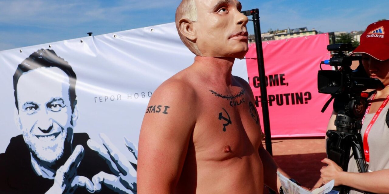 """Tatuazh Stalinin dhe KGB, """"Putin"""" i zhveshur në Gjenevë para samitit SHBA-Rusi"""