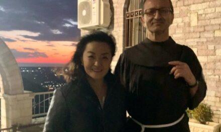 Edhe ambasadorja amerikane Yuri Kim në Kishën e Laçit