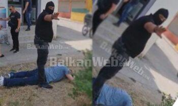 I shumëkërkuari i arratiset 8 policëve në Tiranë, efektivët i rrethojnë makinën: Hape derën o b.q! (Policia ia nxjerr inatin gazetarit)